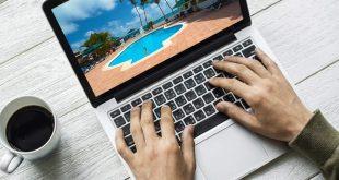 persona haciendo copywriting en computadora