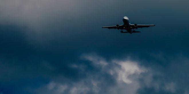 Avión produciendo dióxido de carbono