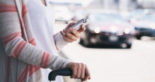 Mujer con celular reservando en una OTA