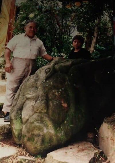 René Hernandéz F junto a escultura labrada en piedra de Los Dinamos