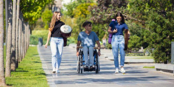 persona en silla de ruedas con acompañantes