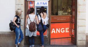 3 turistas mujeres en un cajero automático
