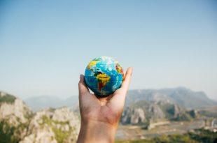 Mano sosteniendo un mundo