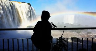 Silueta de Mujer frente a una cascada