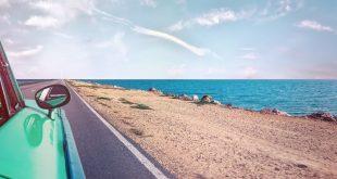 Viaje en auto por la orilla de la playa