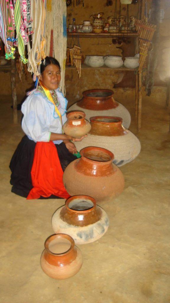 Mujer mostrando tinajas