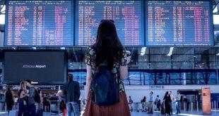 mujer joven en aeropuerto