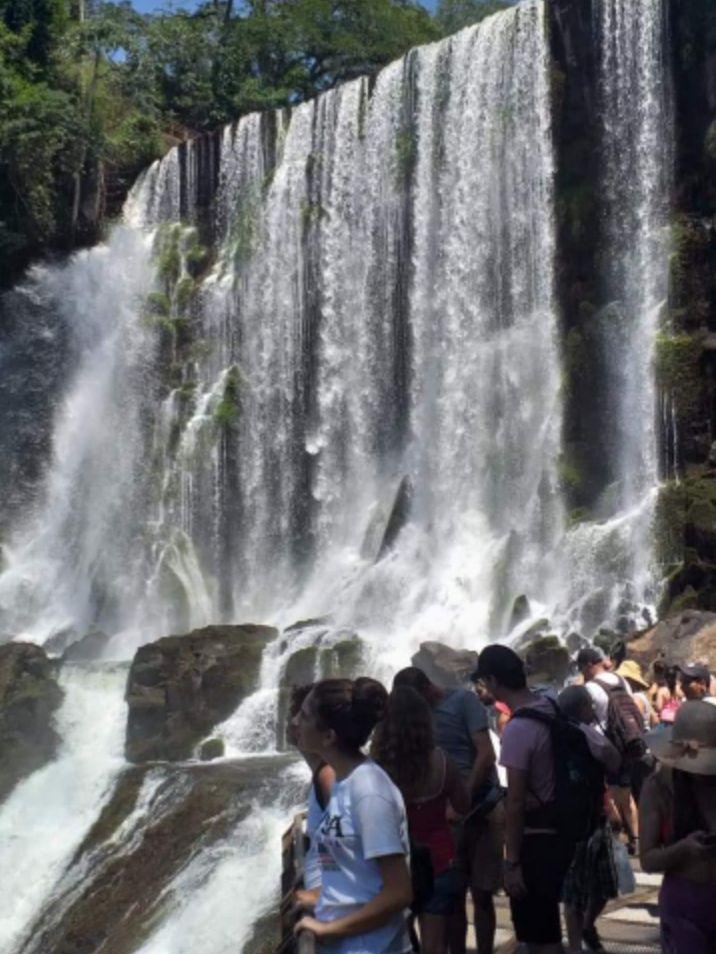 Cataratas del Iguazú con turistas