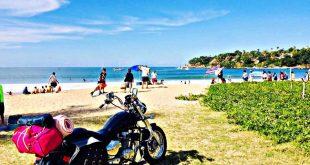 Moto en una playa (mototurismo)