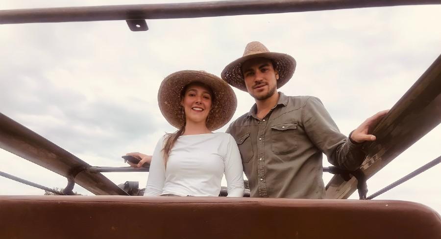 Camila Gutierrez y amigo en Safari