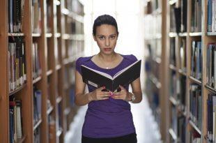 Estudiante en una biblioteca