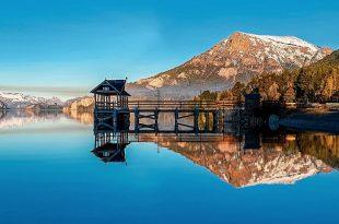 Lago Traful y una cabaña