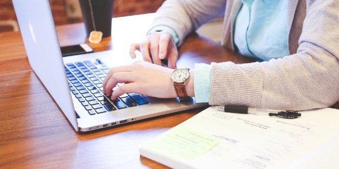 estudiante con computadora