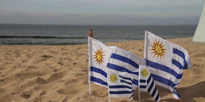 Banderas de Uruguay en la playa