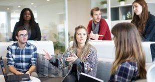 Estudiantes en una clase de negocios