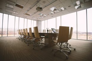 Mesa de directivos