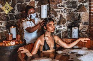 Mujer en baño de cerveza en Spa Caliche