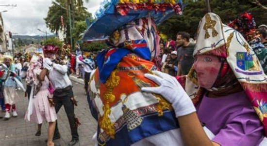 Personajes del desfile de Píllaro Bailarines de Línea