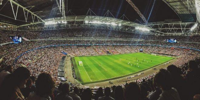 Estadio de fútbol con gente en las tribunas