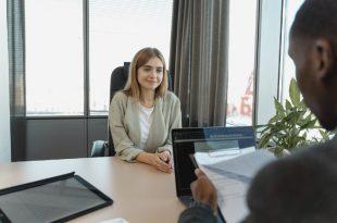 Mujer en una entrevista de trabajo