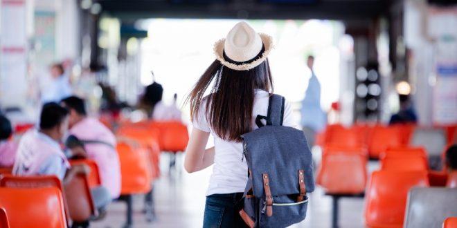 Mujer turista caminando con mochila