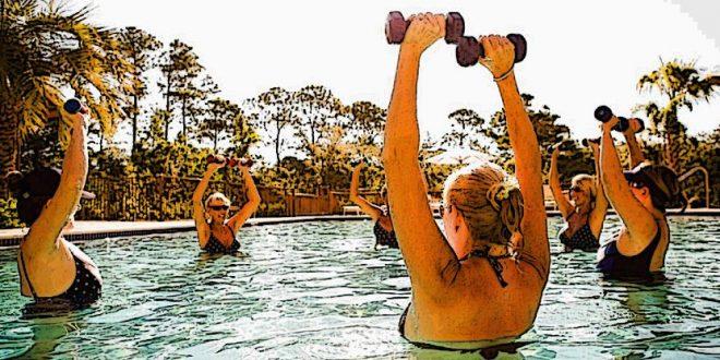 Mujeres en la piscina haciendo ejercicio
