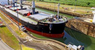 Buque en el canal de Panamá