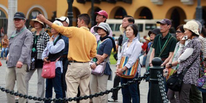 Guía de turismo con un grupo de personas