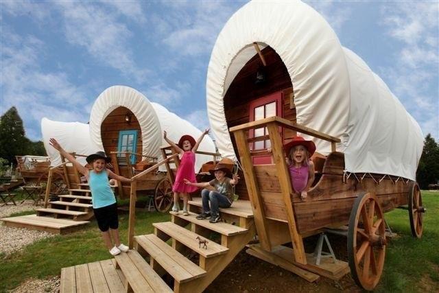 Niños en cabañas