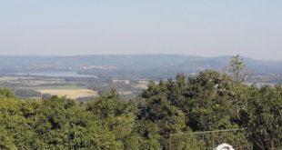Vista del mirador natural y de una de las estaciones del Vía Crucis