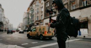 Youtuber en la calle con cámara