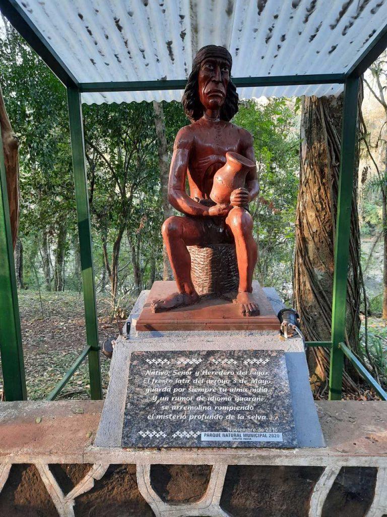 Monumento a la comunidad originaria en la Gruta India