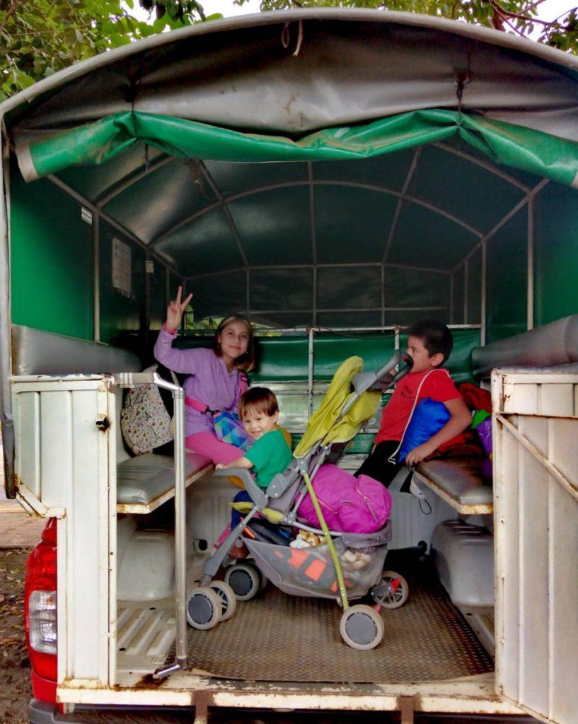 Niños en un camión