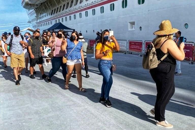 Pasajeros del Crucero Carnival Panorama en Vallarta