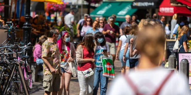 Turistas responsables con cubrebocas