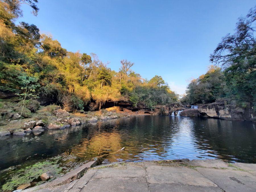 Vista panorámica del arroyo 3 de Mayo y caverna