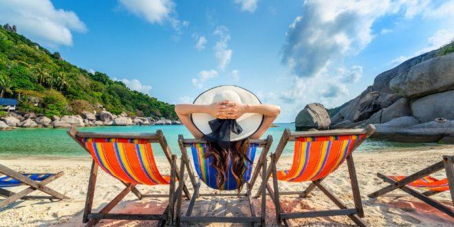 Mujer en una silla junto a la playa