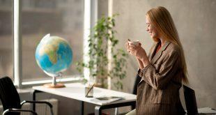 Mujer trabajando en una agencia de viajes