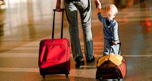Niño caminando con maleta