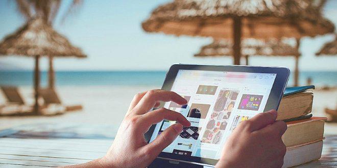 Usando tablet en la playa