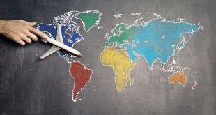 Mapamundi de colores y un avión