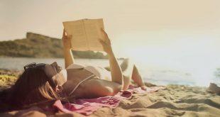 Mujer en la playa leyendo un libro